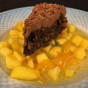 Chokoladetærte med appelsin og mango kompot