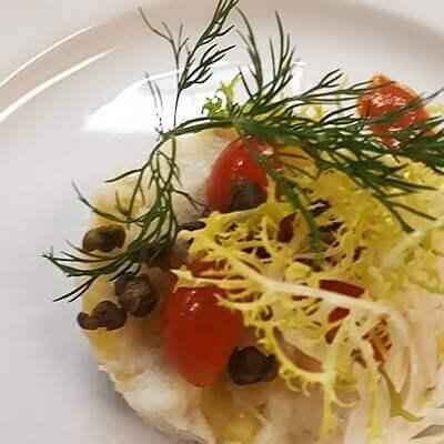 Brandade af torsk fra Langelandsbæltet med tomat, salater og ristede kapers
