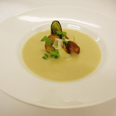 Kartoffel-porre suppe med timian - Månedens opskrift Hotel Svendborg
