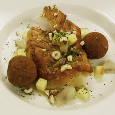 Skindstegt torsk i syrlig, brunet smør, tørret persille, æble, saltede hasselnødder, confiteret jordskok, friteret kartoffel-pære mos.